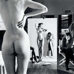 mostra_HELMUT_NEWTON_ROMA_Immagine-3-Autoritratto-con-la-moglie-e-le-modelle-Paris-1981
