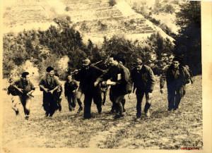 Libri LE REPUBBLICHE PARTIGIANE2 Foto-17-023-Il-Comando_-Partigiani-formazione-Matteotti-scendono-ad-Alba