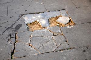 01 Roma Il naufragio di una speranza Pavimentazione sconnessa piazza san Cosimato DSC_2505